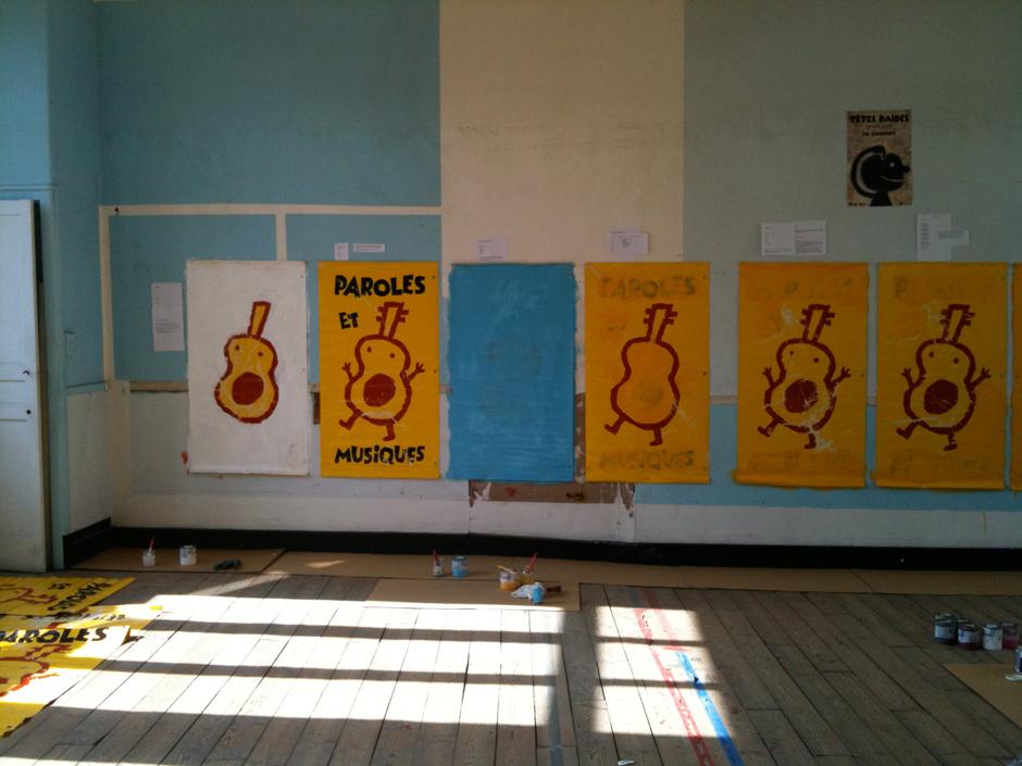 Photo de l'atelier où j'ai réalisé les affiches pour le festival Paroles et Musiques dans le cadre de l'atelier Paroles en Liberté.